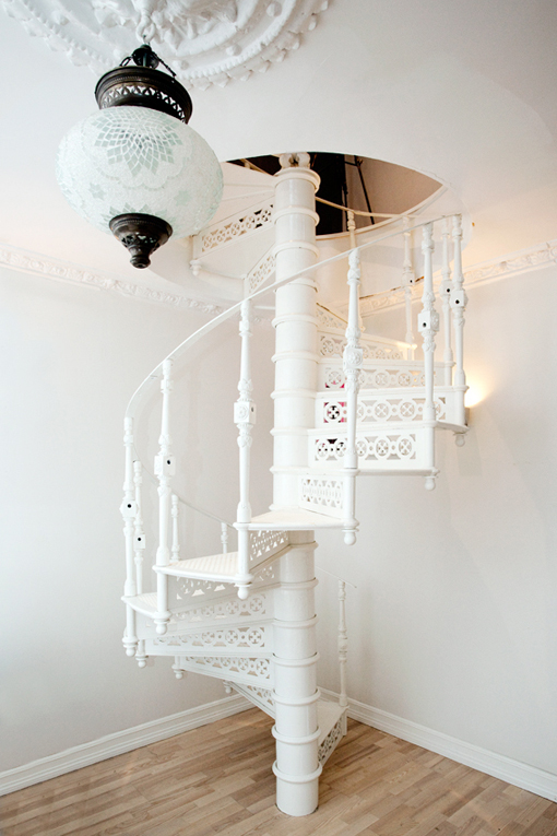 My home 2 story loft apartment in oslo by bj rkheim for Lampen trapp